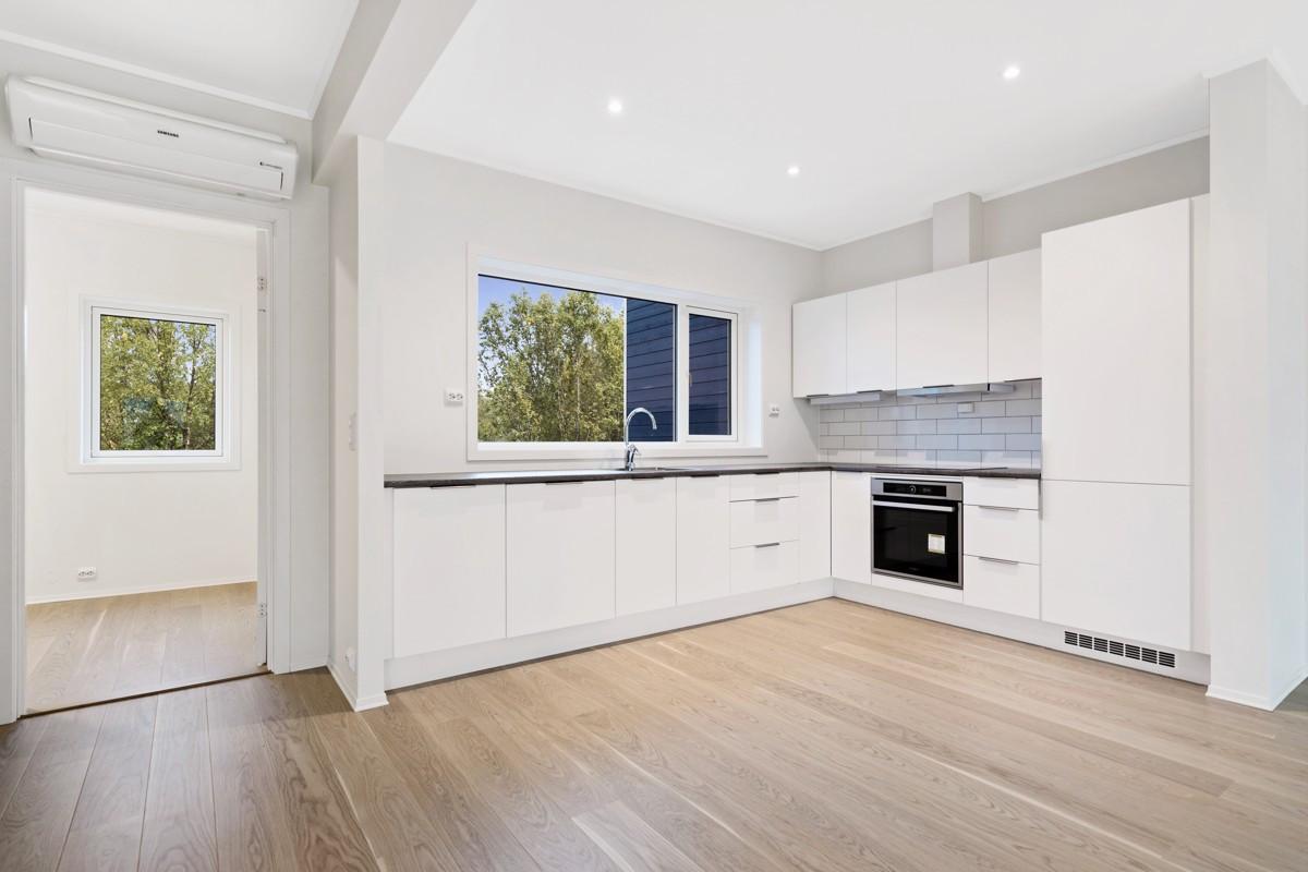 Kjøkken med hvite glatte fronter integrerte hvitevarer