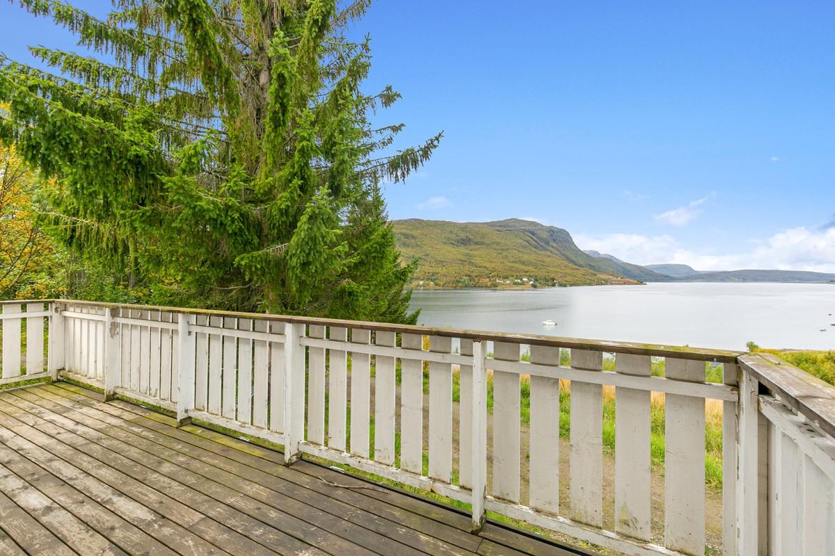 Sydvendt veranda med pen utsikt mot fjorden