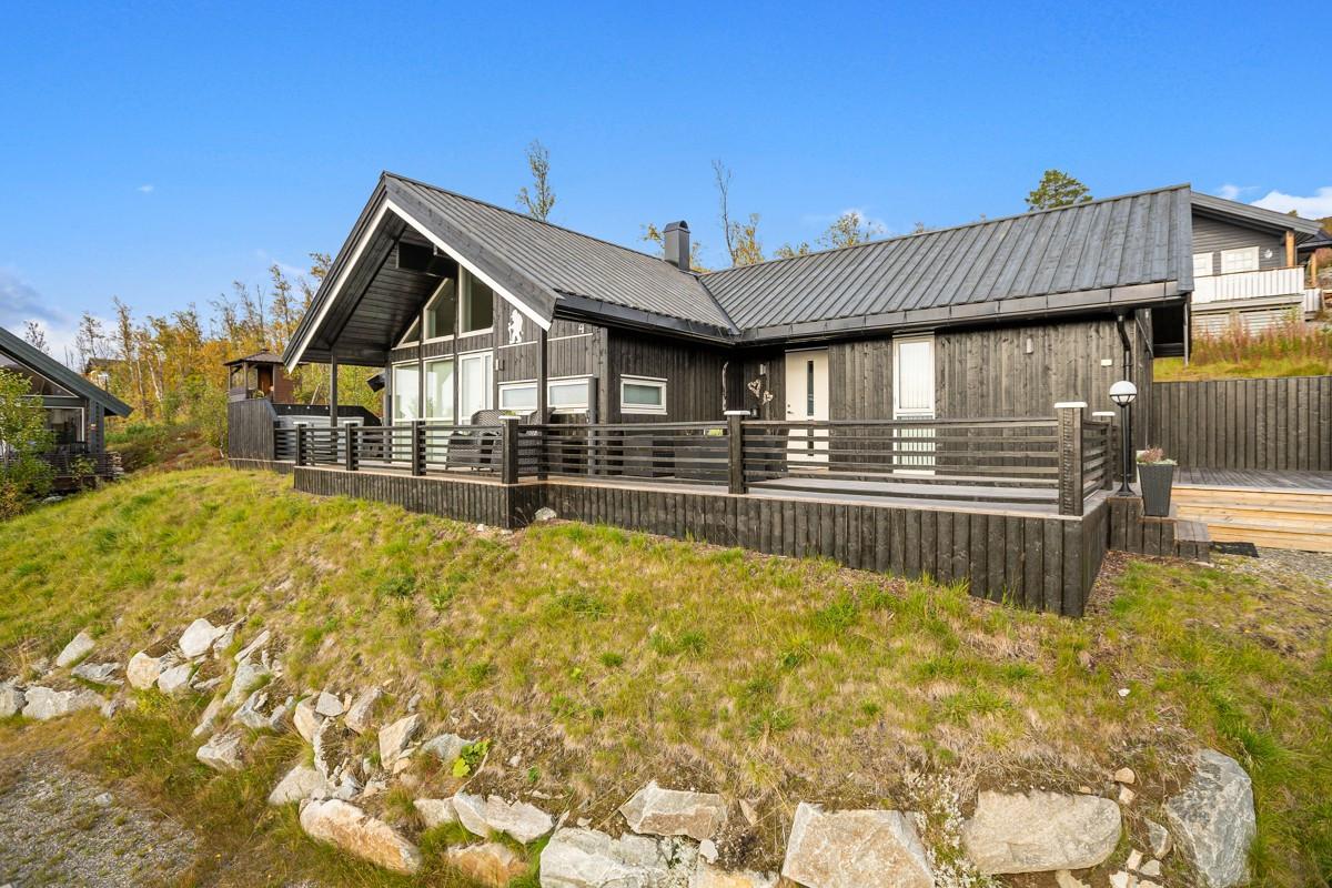 Terrassen strekker seg rundt omtrentlig 3/4 av hytta og gir upåklagelig utsikt og solforhold mot sør, øst og vest.