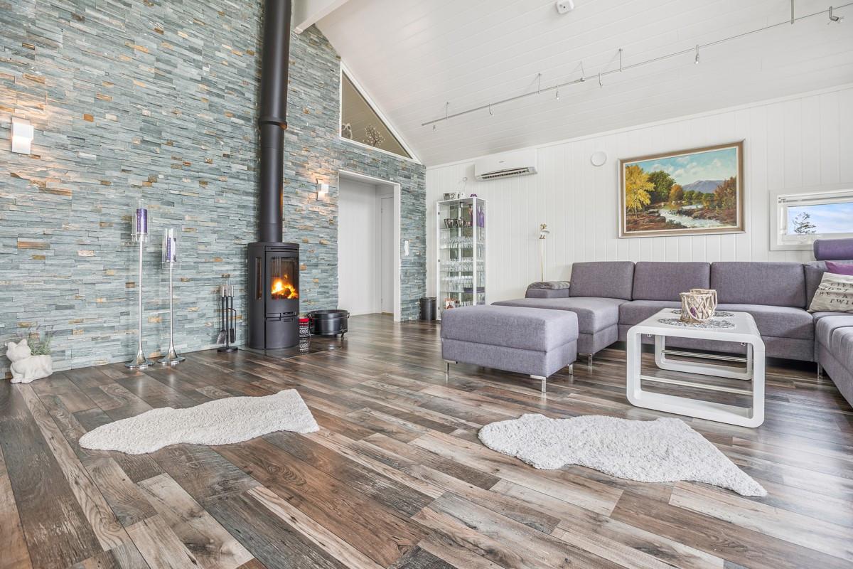 I stuen er det høyt under taket og store vindusflater som gir rikelig med naturlig lys