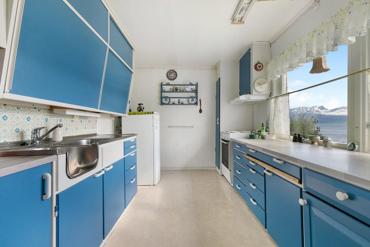 Kjøkken med glatte blå fronter