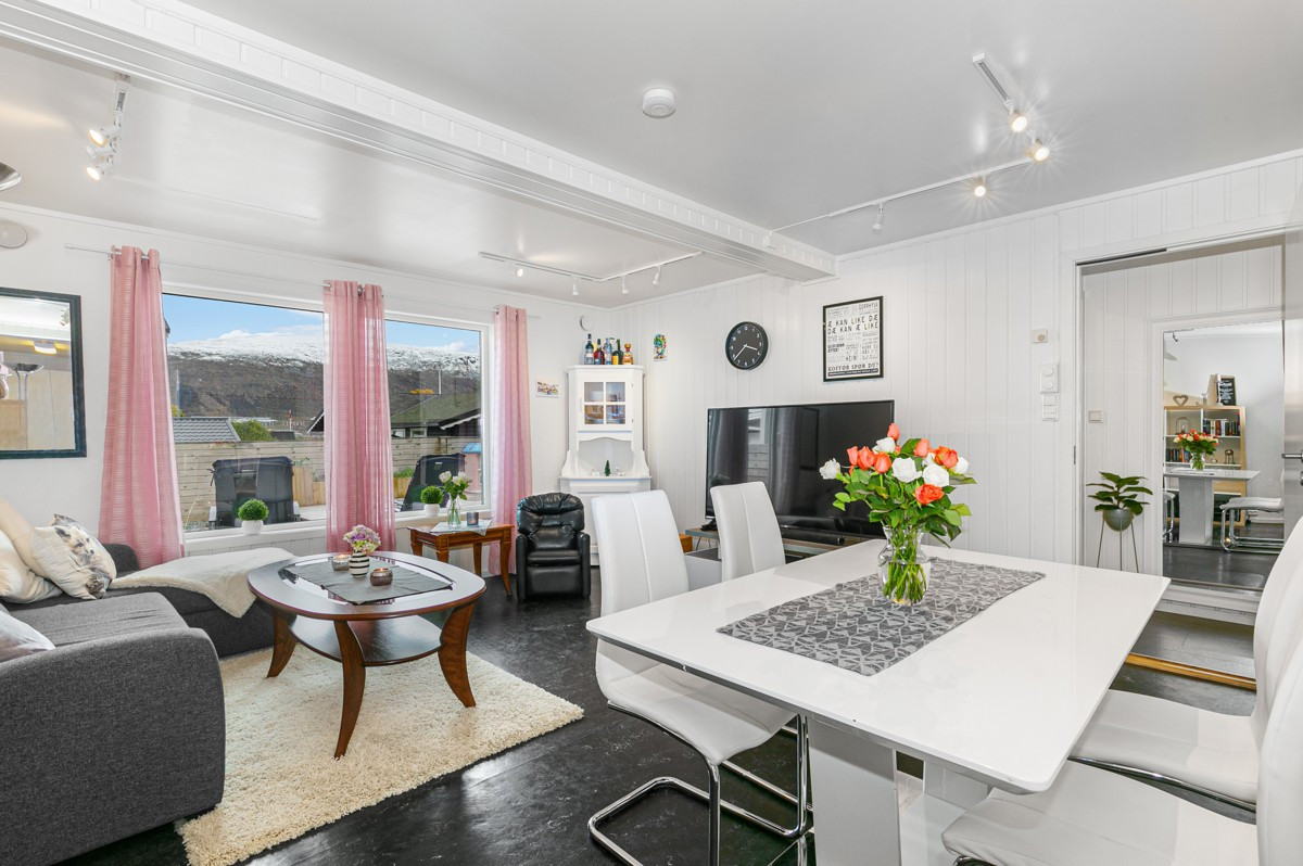 Stor stue med store vindusflater som gir godt lysinnslipp