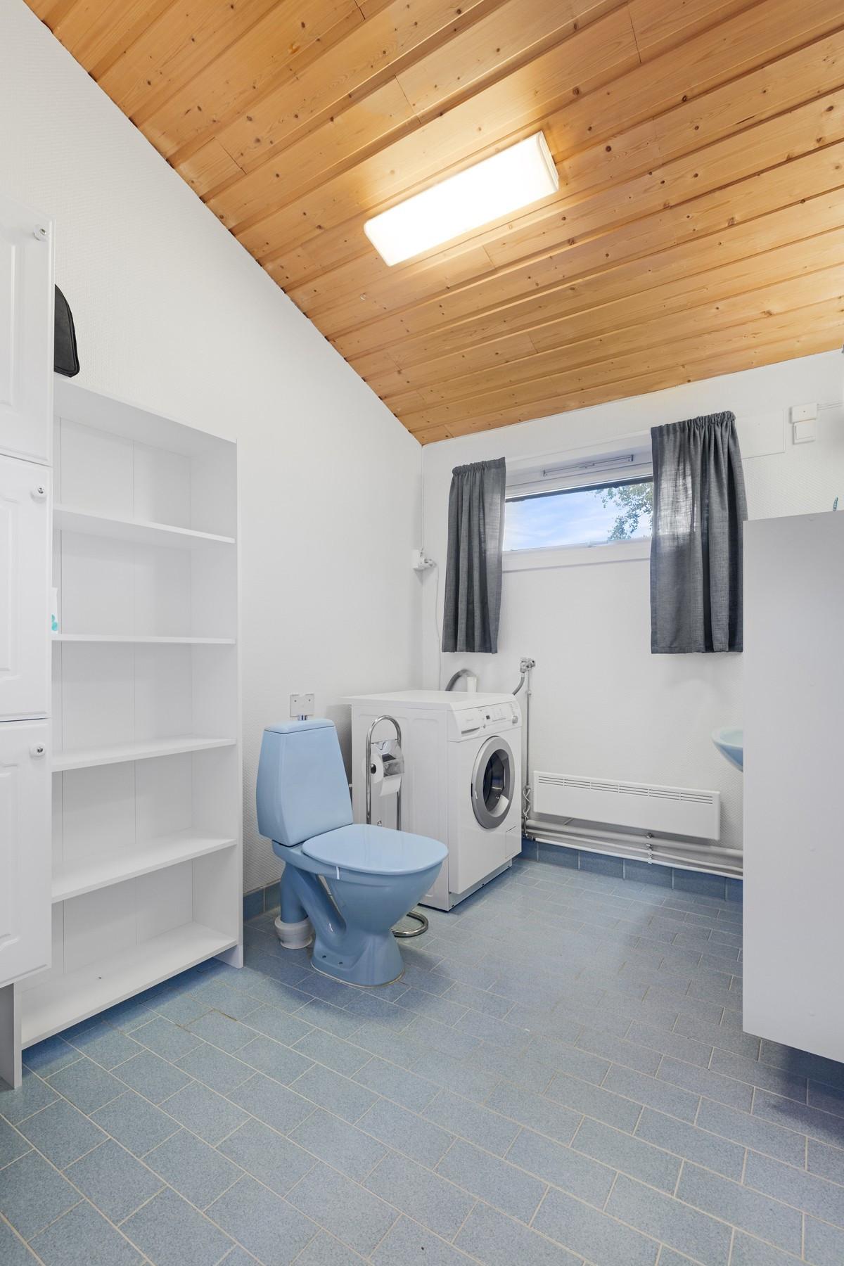 Baderom med gulvvarme og opplegg for vaskemaskin