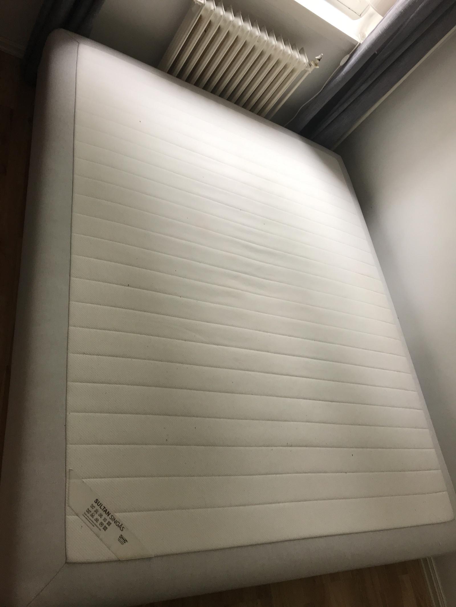 Højmoderne 140 cm bred Sultan Singås-seng fra IKEA. JEG KAN KJØRE SENGEN HC-83