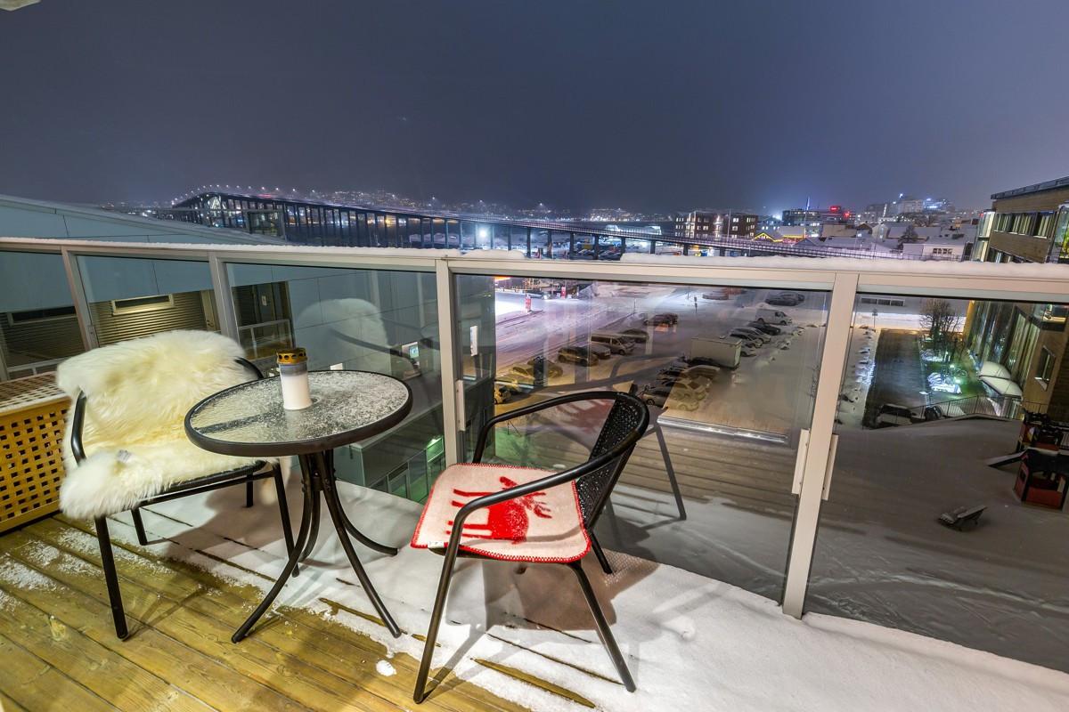 Fellesterrasse mot sør - leiligheten har enden av terrassen - flott utsikt mot Tromsøybrua samt