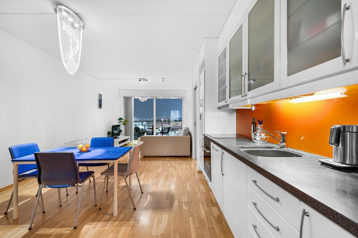 God plass til spisegruppe i overgang mellom stue og kjøkken