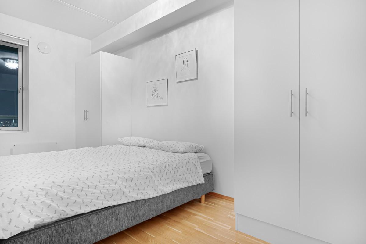 Stort og romslig soverom med 2 skyvedører for praktisk adkomst fra begge sider av sengen