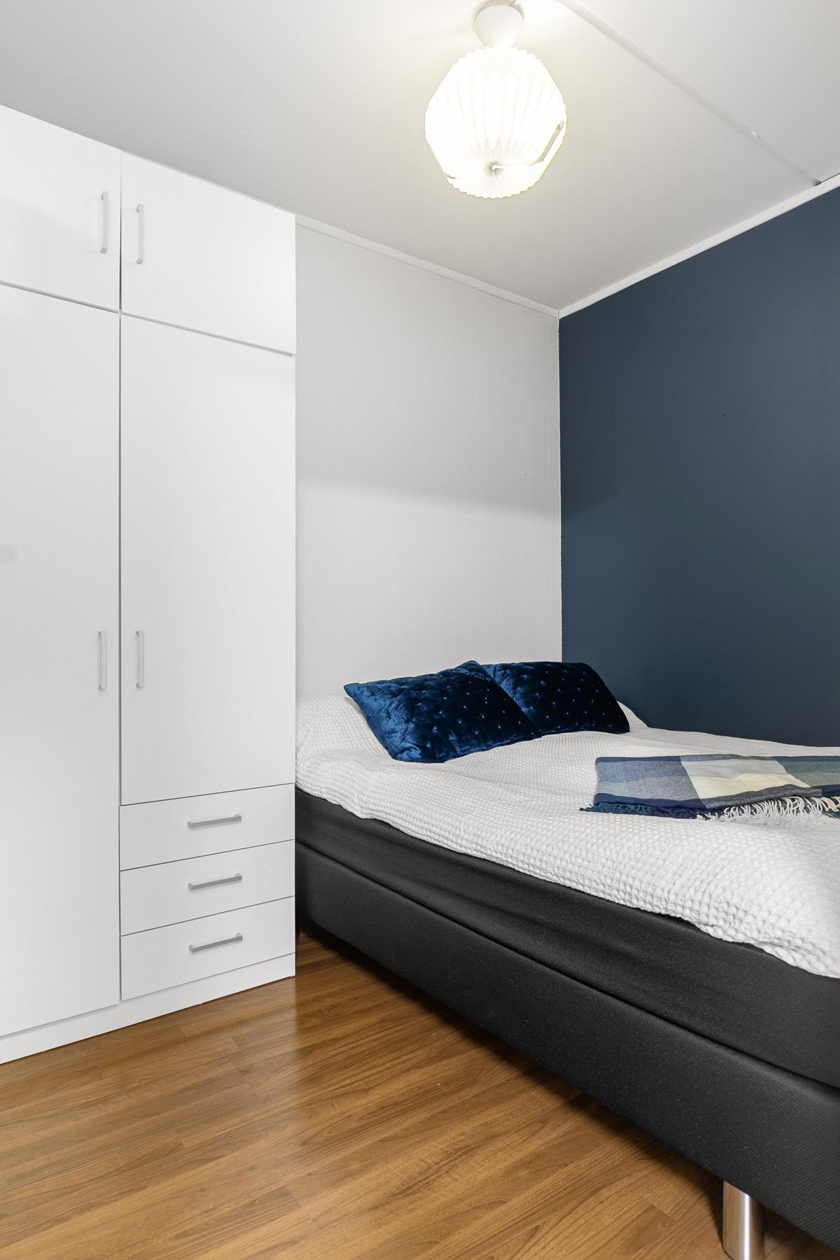 God plass til stor seng og garderobe