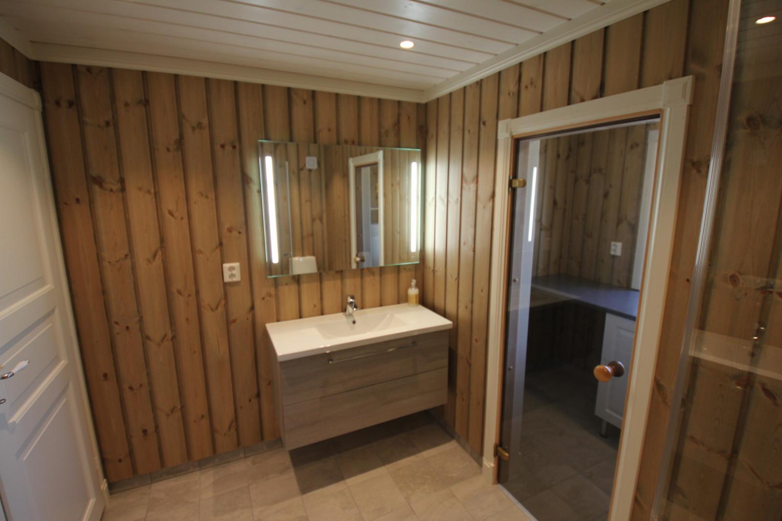 Standard bad med vaskerom eller badstue. Kunde tilpasset farger