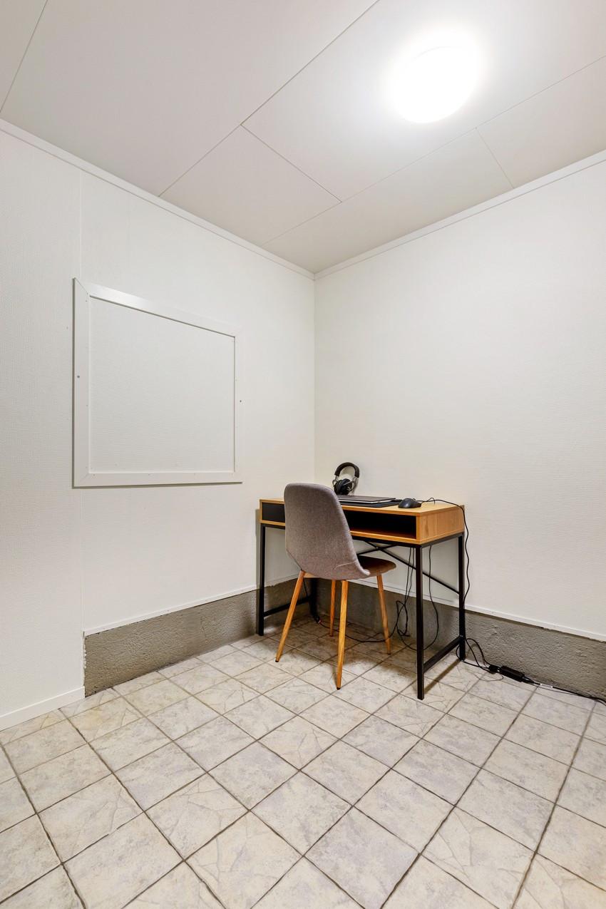 Praktisk arbeidsområde med god plass til skrivebord og annen møblering