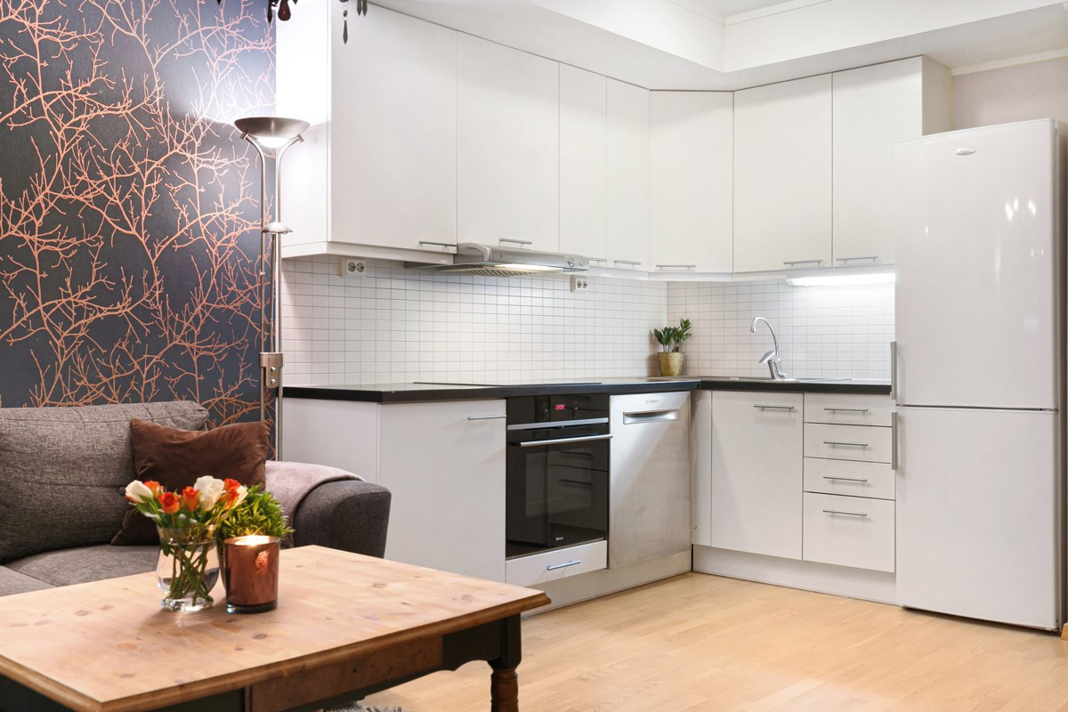 Lys kjøkkeninnredning med gode oppbevaringsmuligheter i over- og underskap