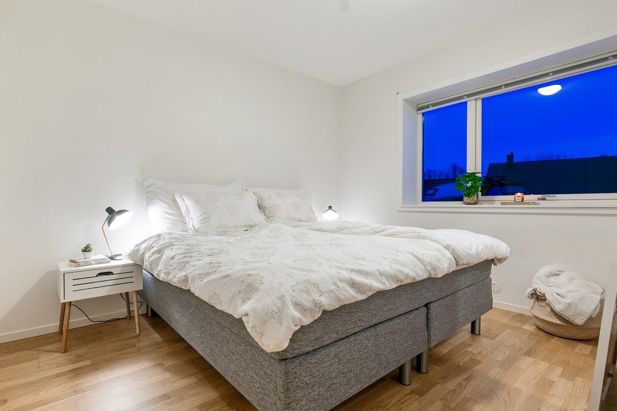 God plass til seng på soverom