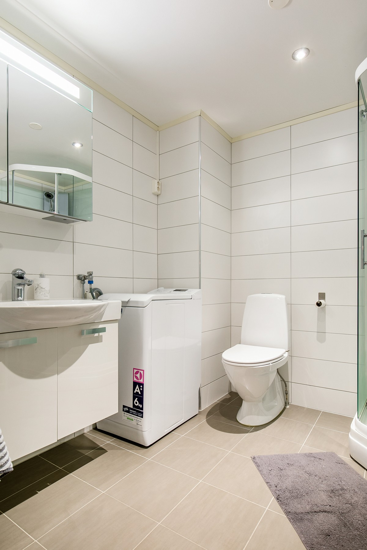 Baderomsinnredning, toalett, samt opplegg til vaskemaskin