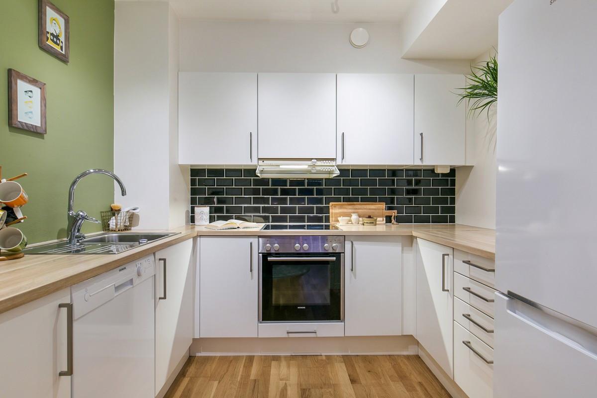 Moderne kjøkkeninnredning med hvite glatte fronter