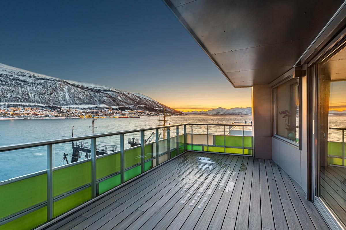 """""""På Kanten"""" har en beliggenhet passende sitt navn - helt ytterst på strandkanten med Trømsøysundet bokstavelig ved sine føtter"""