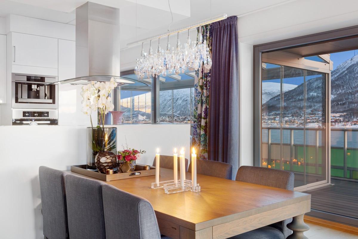 Fra stuen er det utgang både til terrasse og takoverbygd vinterhage (lysekrone medfølger ikke)