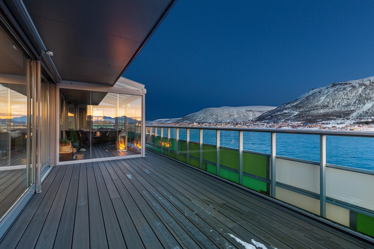 Terrassen består av en innglasset vinterhage og en delvis overbygd del med flott panoramautsikt