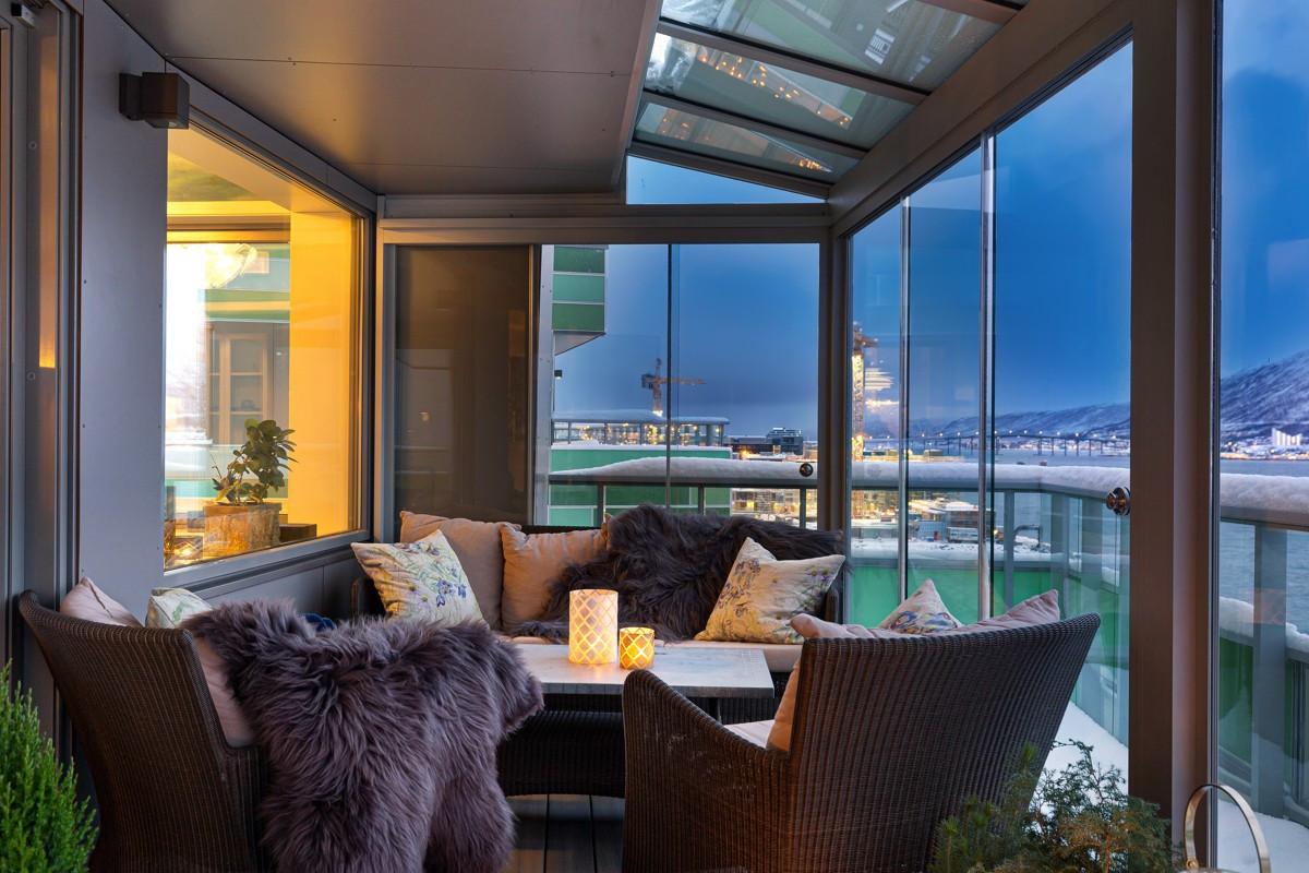 Vinterhagen tilgjengeliggjør den store terrassen året rundt. Ikke den verste plassen å beskue nordlyset fra