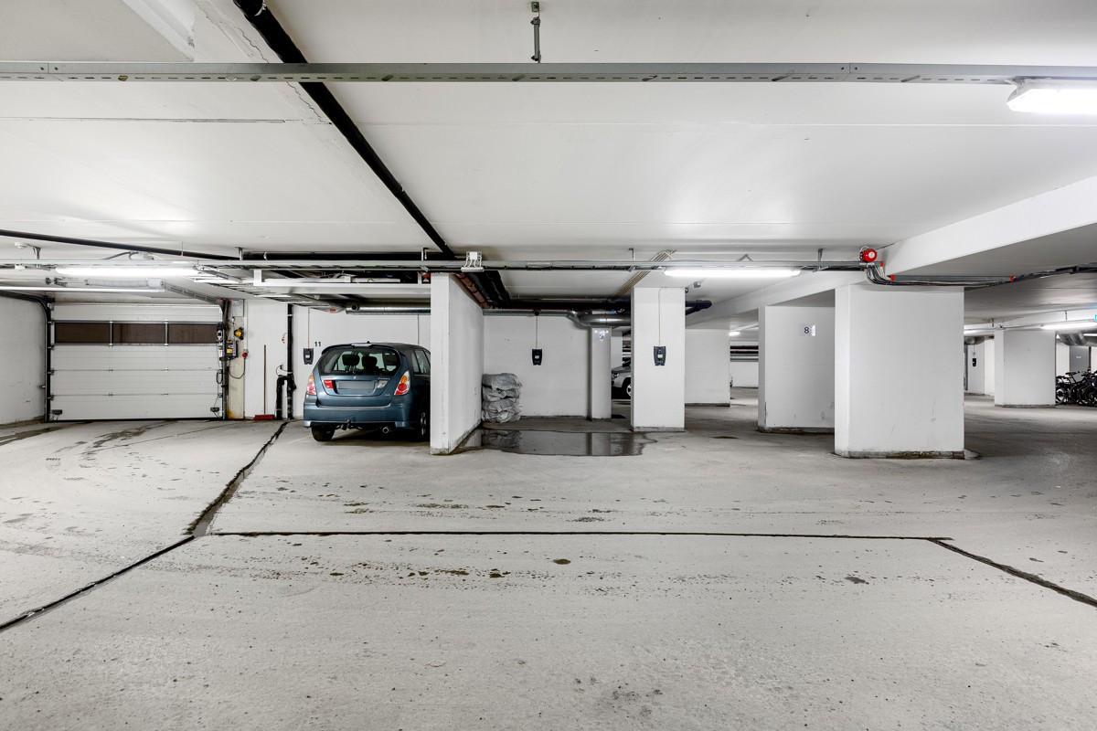 Leiligheten disponerer 2 garasjeplasser i garasjeanlegget - heis i bygget