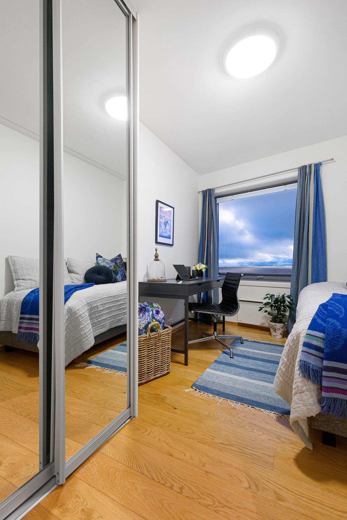 Soverom 4 / disponibelt rom mot øst - rommet har flott utsikt og innebygd skyvedørsgarderobe