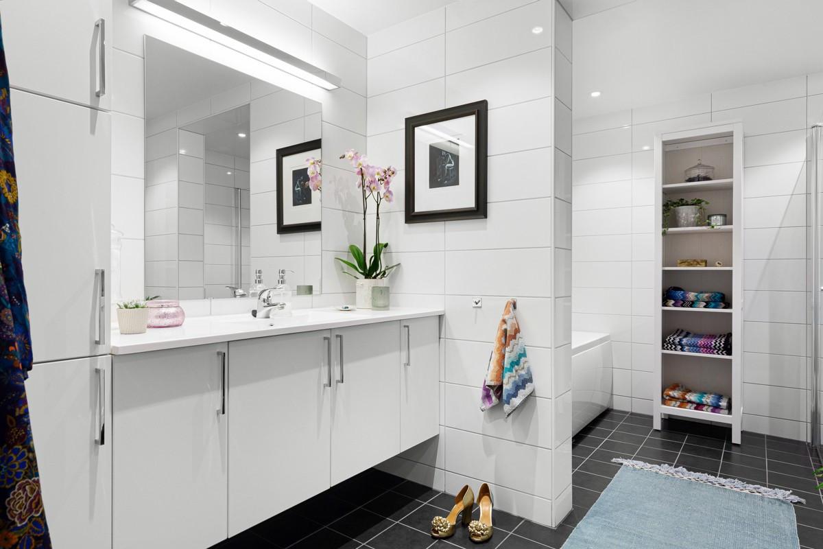"""Badet er delt inn i to """"soner"""" med servant og WC adskilt fra dusnjisje og badekar"""
