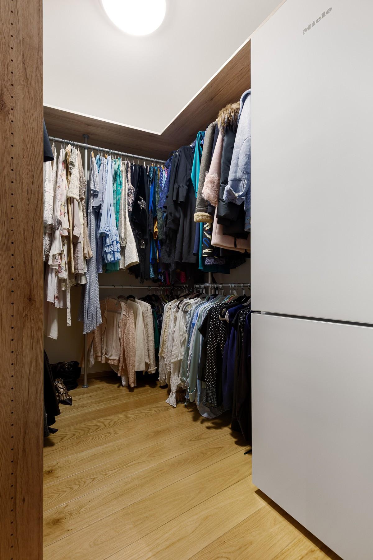 I forbindelse med entré er det stort walk-in closet