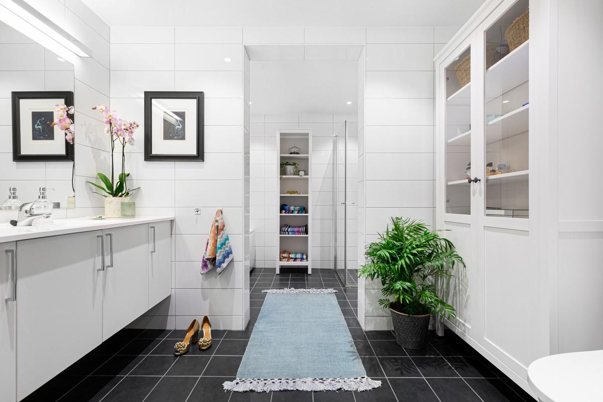 Badet er komplett flislagt med gulvvarme og smart løsning