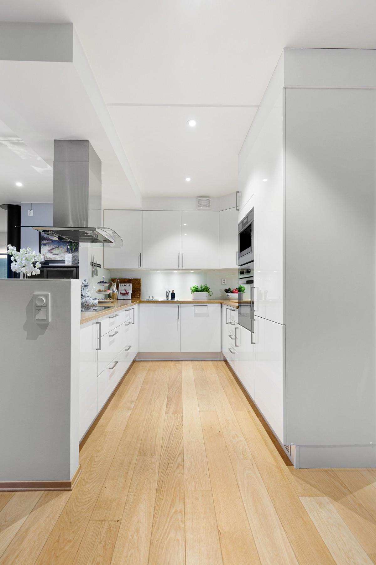 Kjøkkeninnredningen er av ypperste klasse med blant annet induksjontopp og kaffemaskin. Her får du kvaliteten du alltid har drømt om