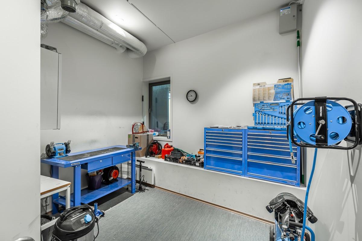Felles verksted med bl.a. kompressor og masse verktøy- like utenfor er det mulighet for biloppstilling / bilvask
