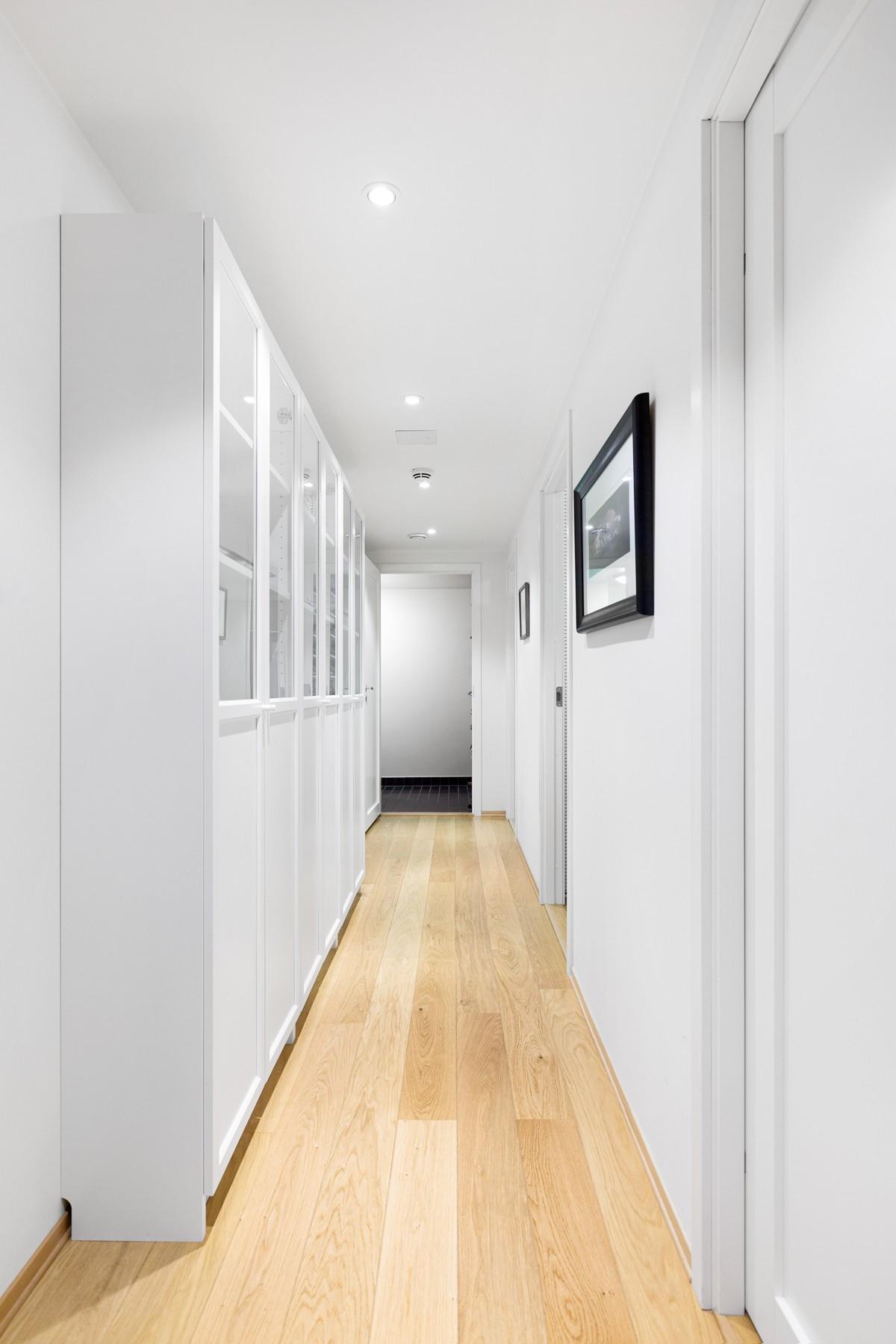 Gangen leder til 3 av soverommene, bad og vaskerom