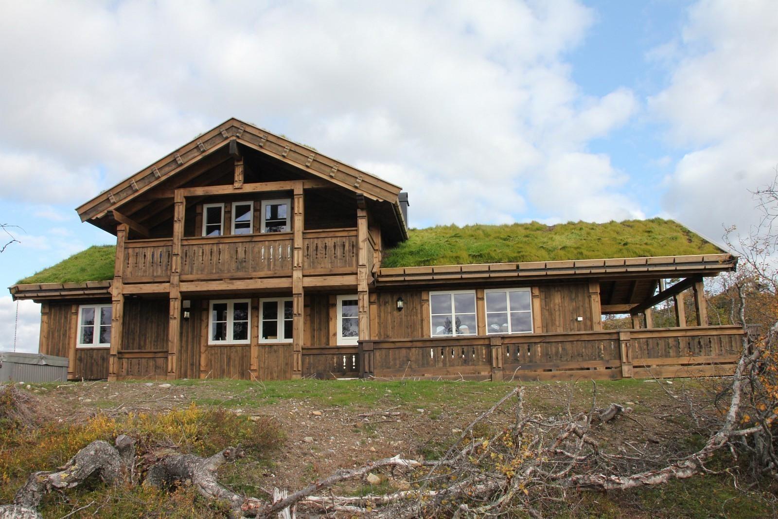 Buen hytten STORODDE - Norges mest solgte fjellhytte Hele gavlveggen i stuen har vinduer.