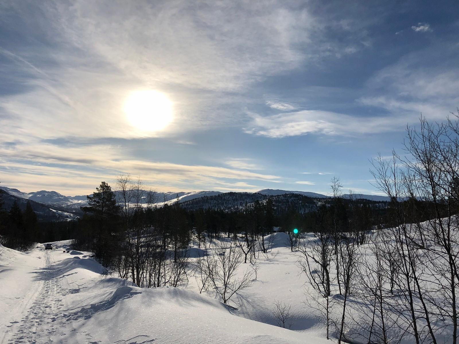Tomtene ligg høgt og fritt med god utsikt over dalen og fjella. Flott turterreng sommer og vinter.  Oppkjørte langrennsløyper går gjennom feltet. (Ski in/ski out)