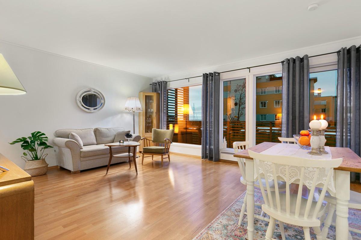 Innbydende stue med store vindusflater og rikelig med lysinnslipp