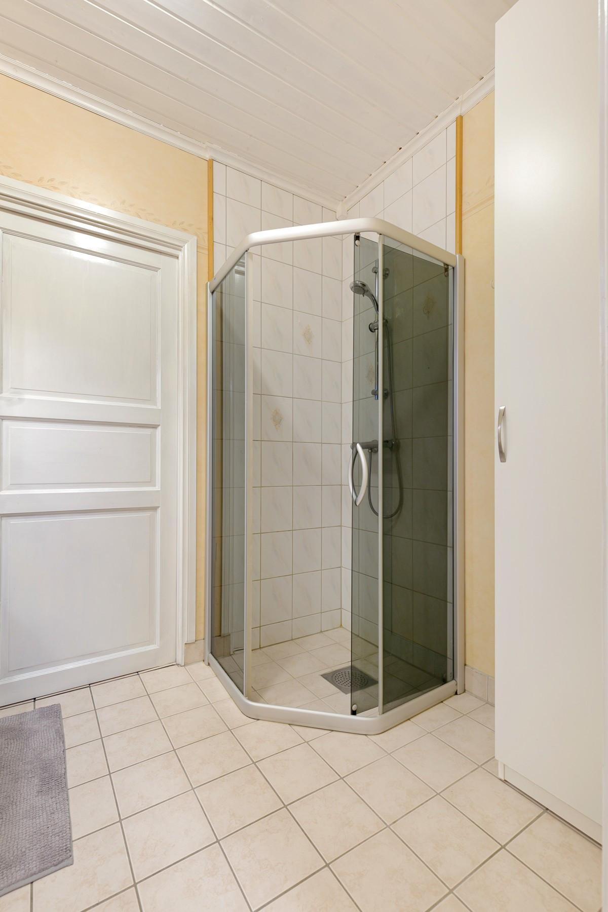 Bak døren finner du et vaskerom!
