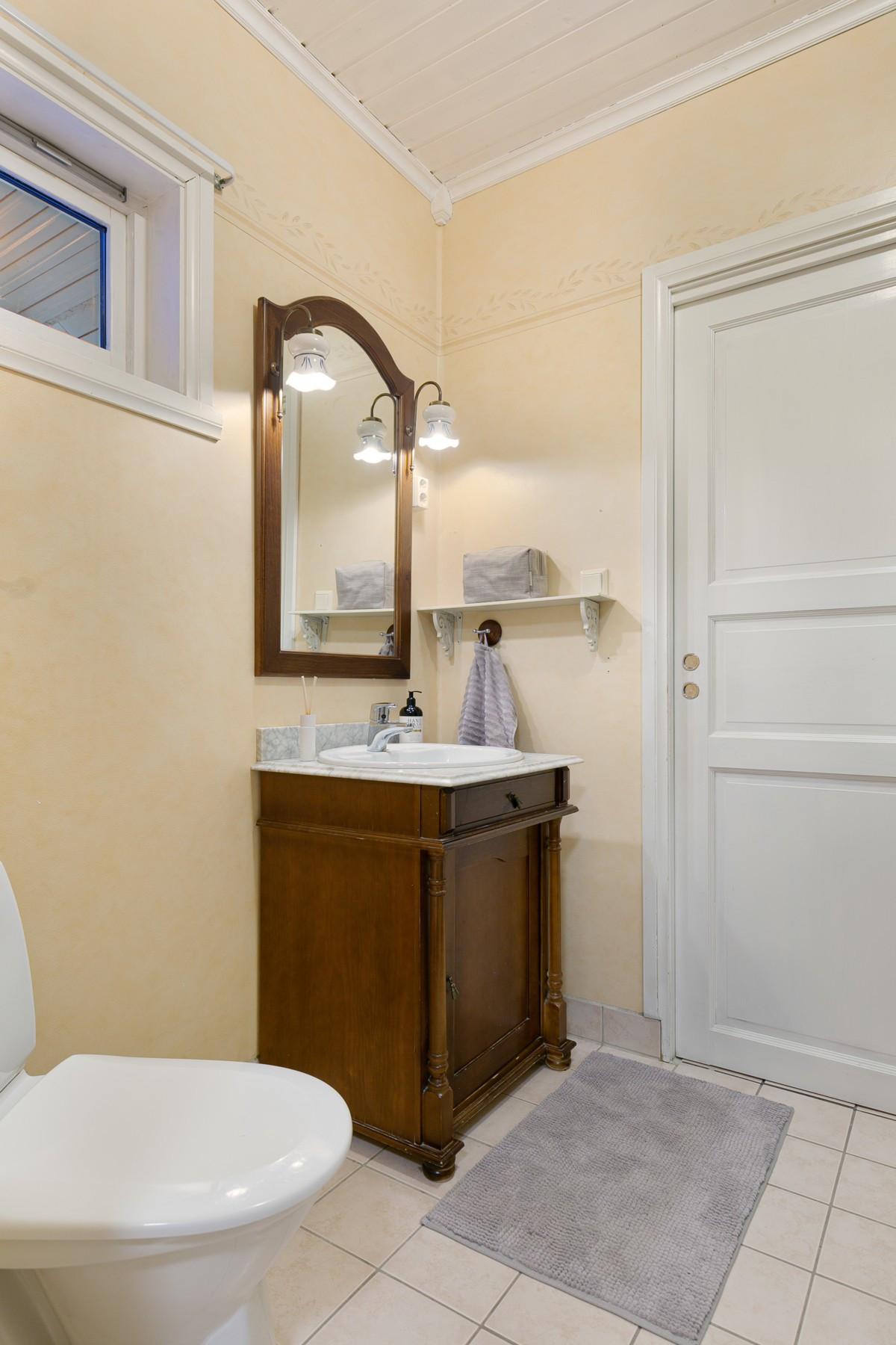 I 1. etasje er det et lite baderom nr. 2 med wc og dusjhjørne