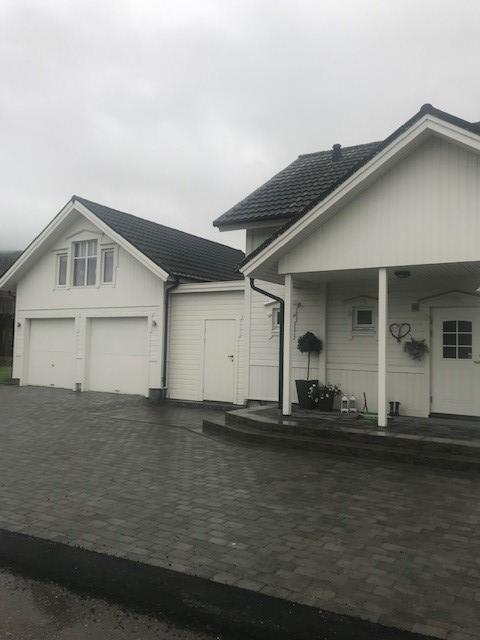 Privat bilde - Brosteinsbelagt adkomst og steintrapp bygget i 2018