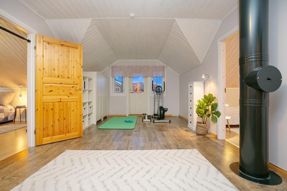 Praktisk loftsstue i 2. etasje som gir mulighet for en tv-stue/studieplass mv. Om ønskelig kan det også settes opp en lettvegg hvis det skulle være behov for flere soverom