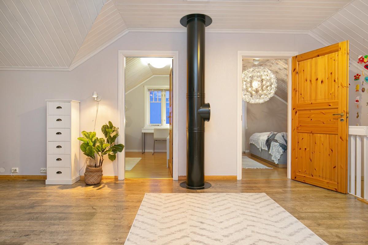 I 2. etasje er det en loftsstue, 3 soverom, bod og bad