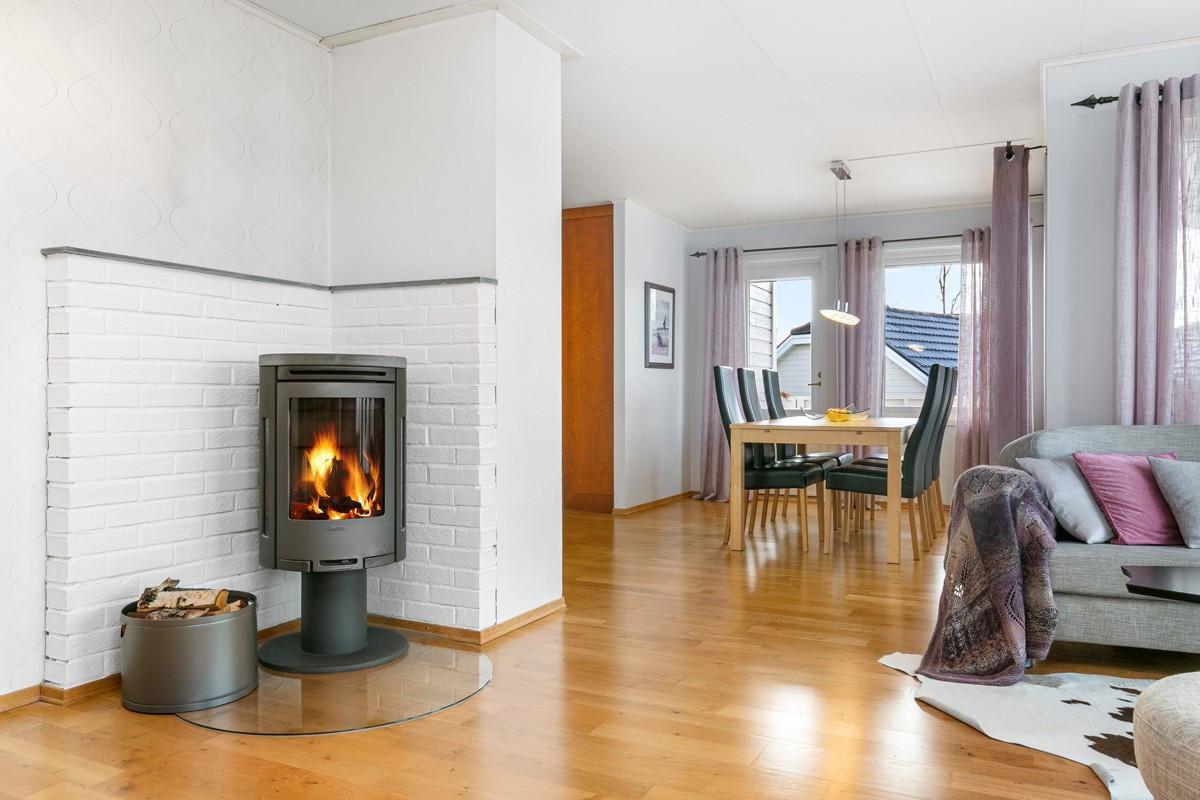 Vedovn i stue sikrer et lunt og behagelig inneklima