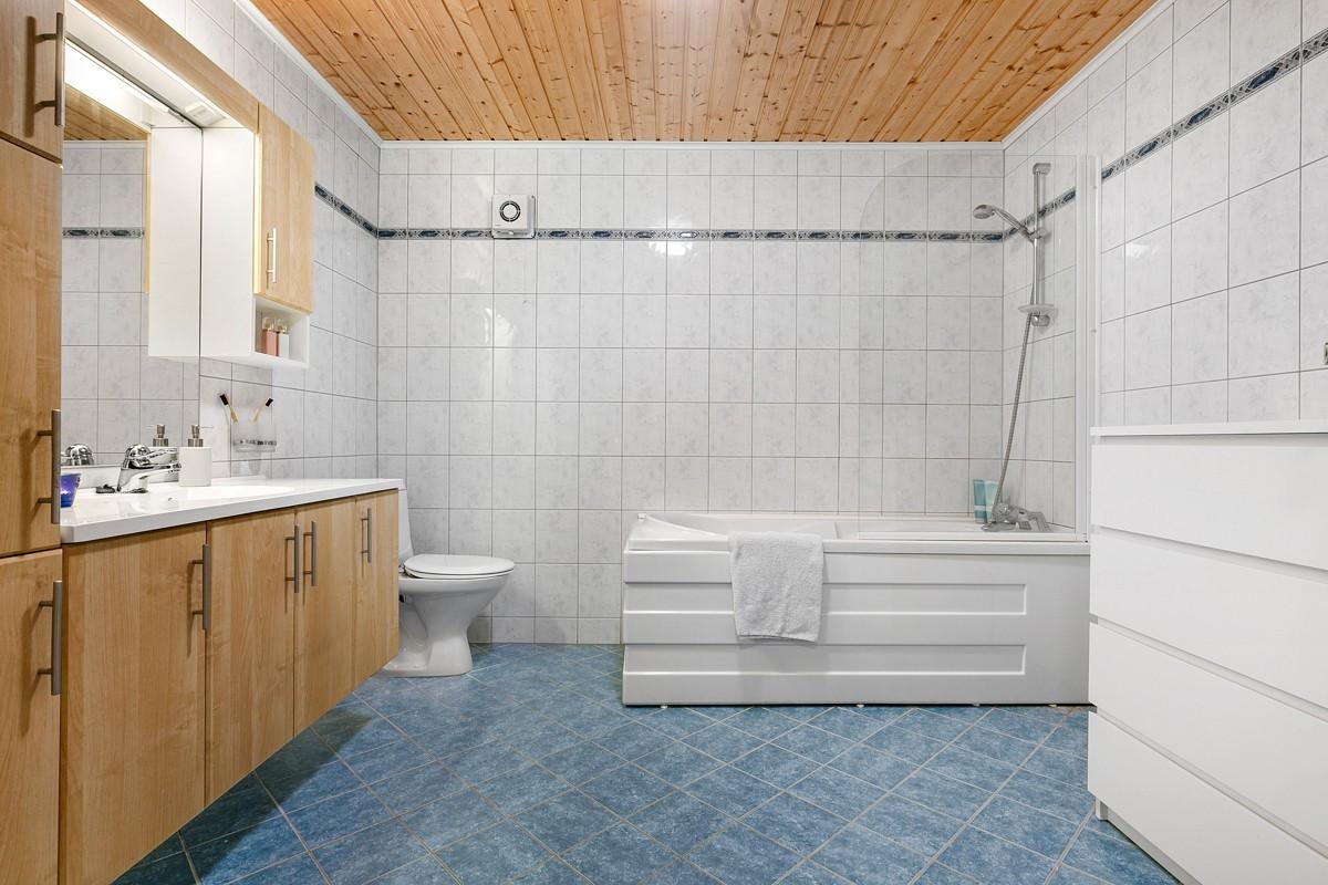 Komplett flislagt bad i underetasje med badekar