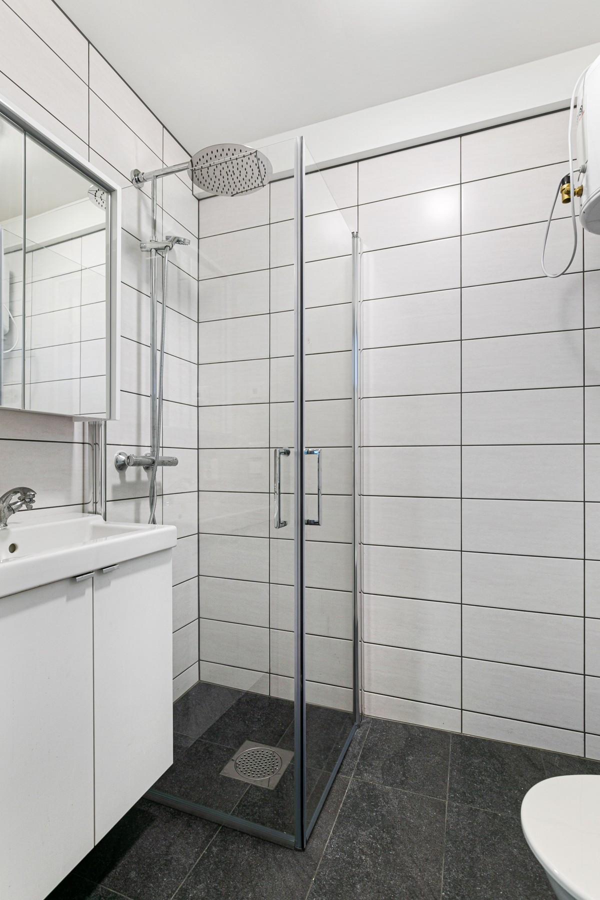 Bad i utleienhet - Komplett flislagt med gulvvarme, dusjnisje og vegghengt servant