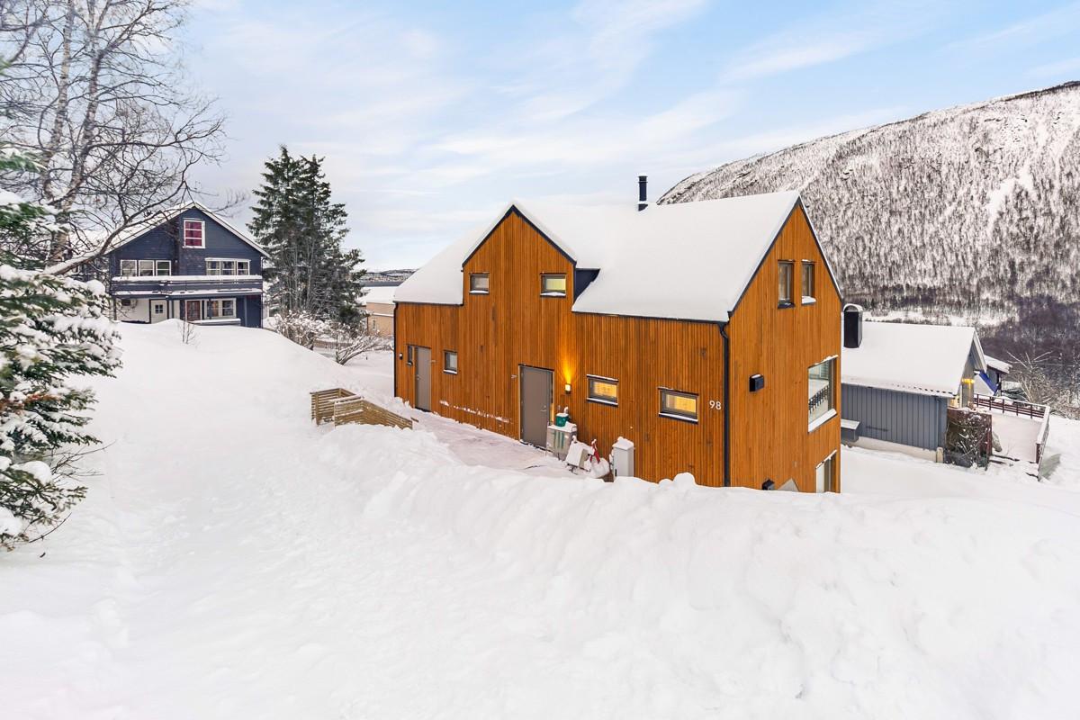 Boligen ligger rolig til i Tromsdalen, med kort vei til dagligvare, barnehage, skole og flotte turomårder innover i dalen