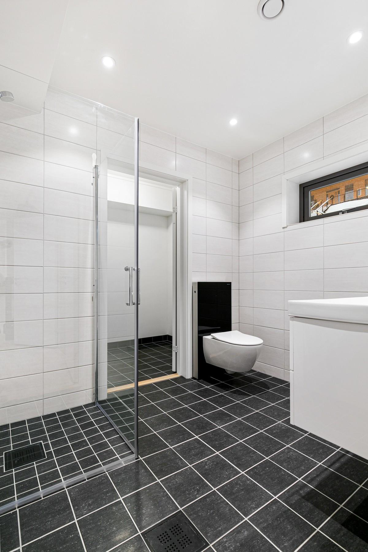 Vaskerom ligger praktisk plassert innenfor bad i 1. etasje