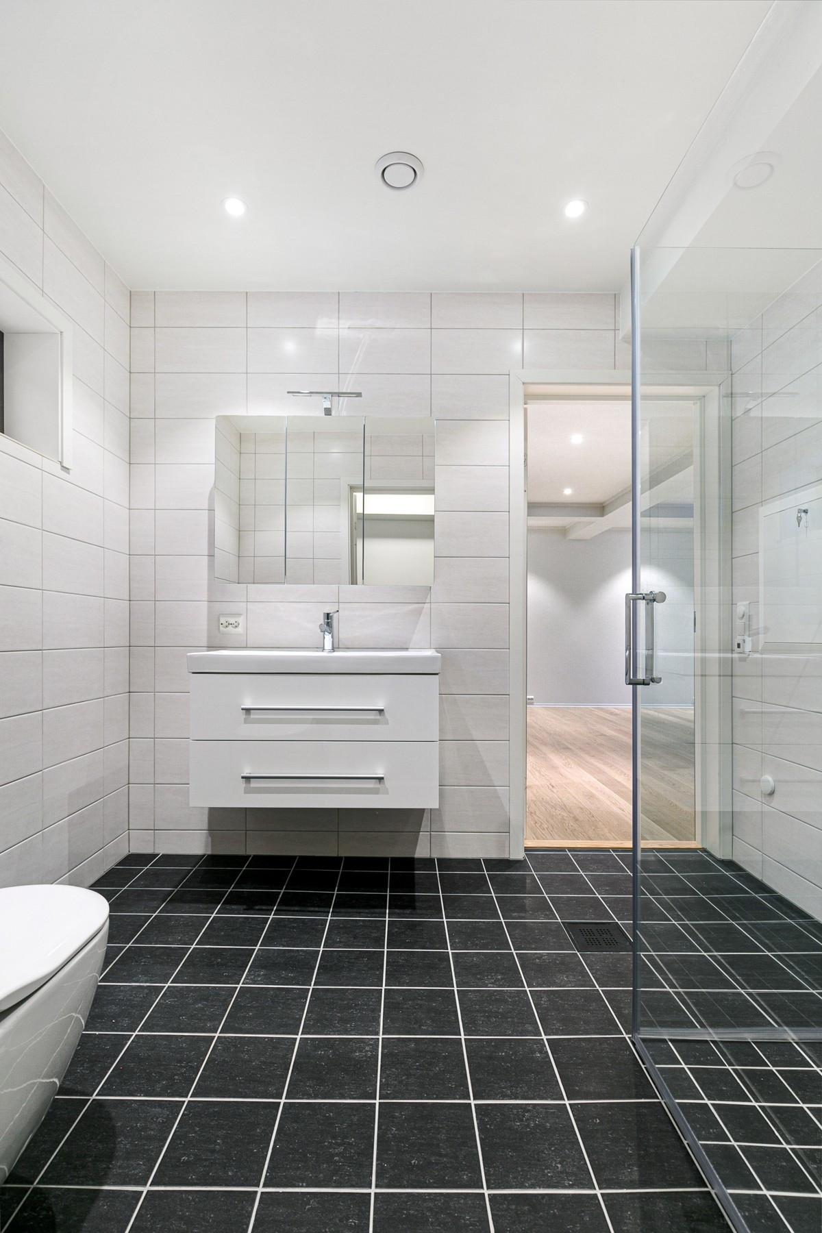 Bad i 1. etasje - komplett flislagt med varmekabler, stor dusjnisje og spotter i himling