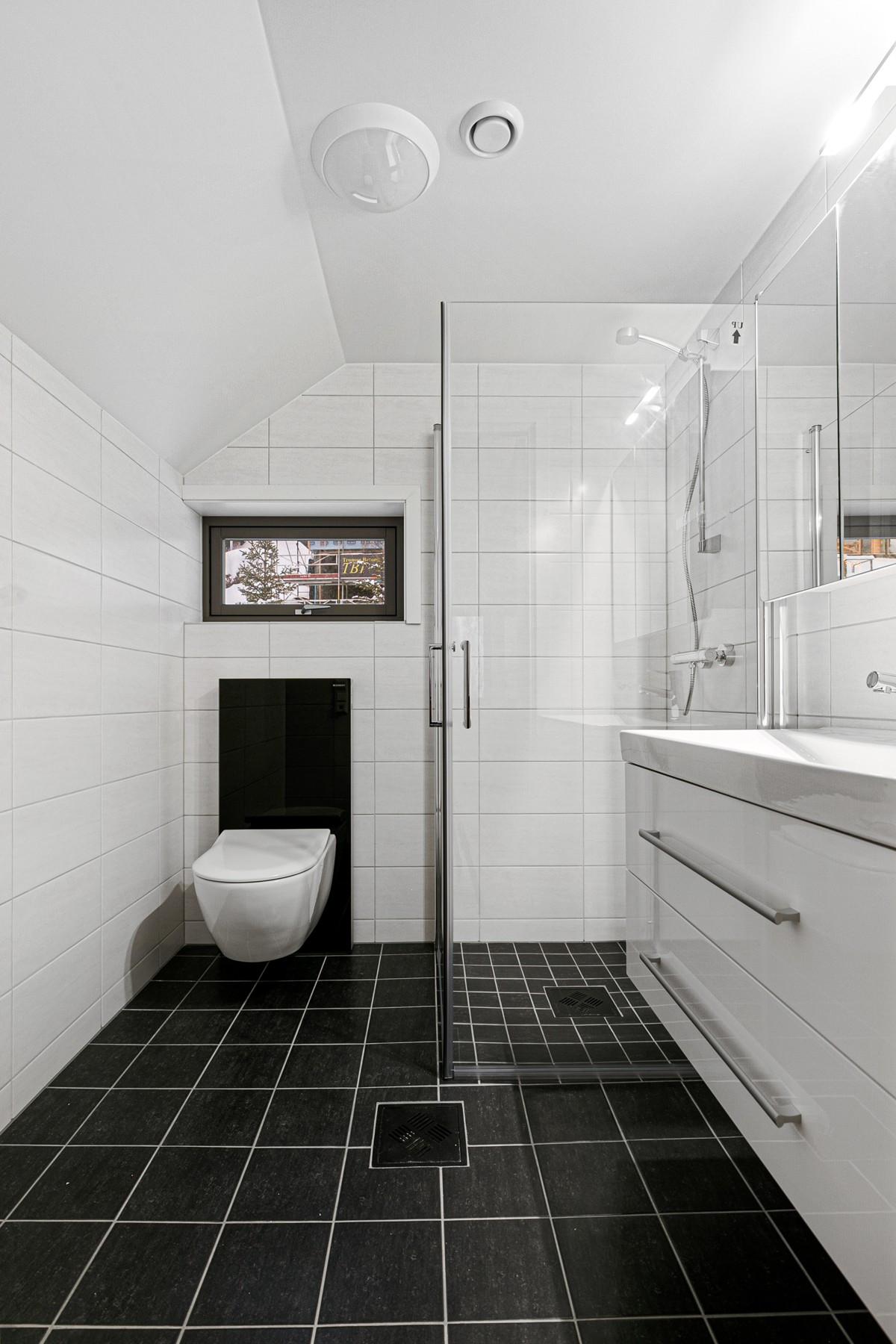 Bad i 2. etasje - komplett flislagt med gulvvarme, stor dusjnisje og vegghengt servant
