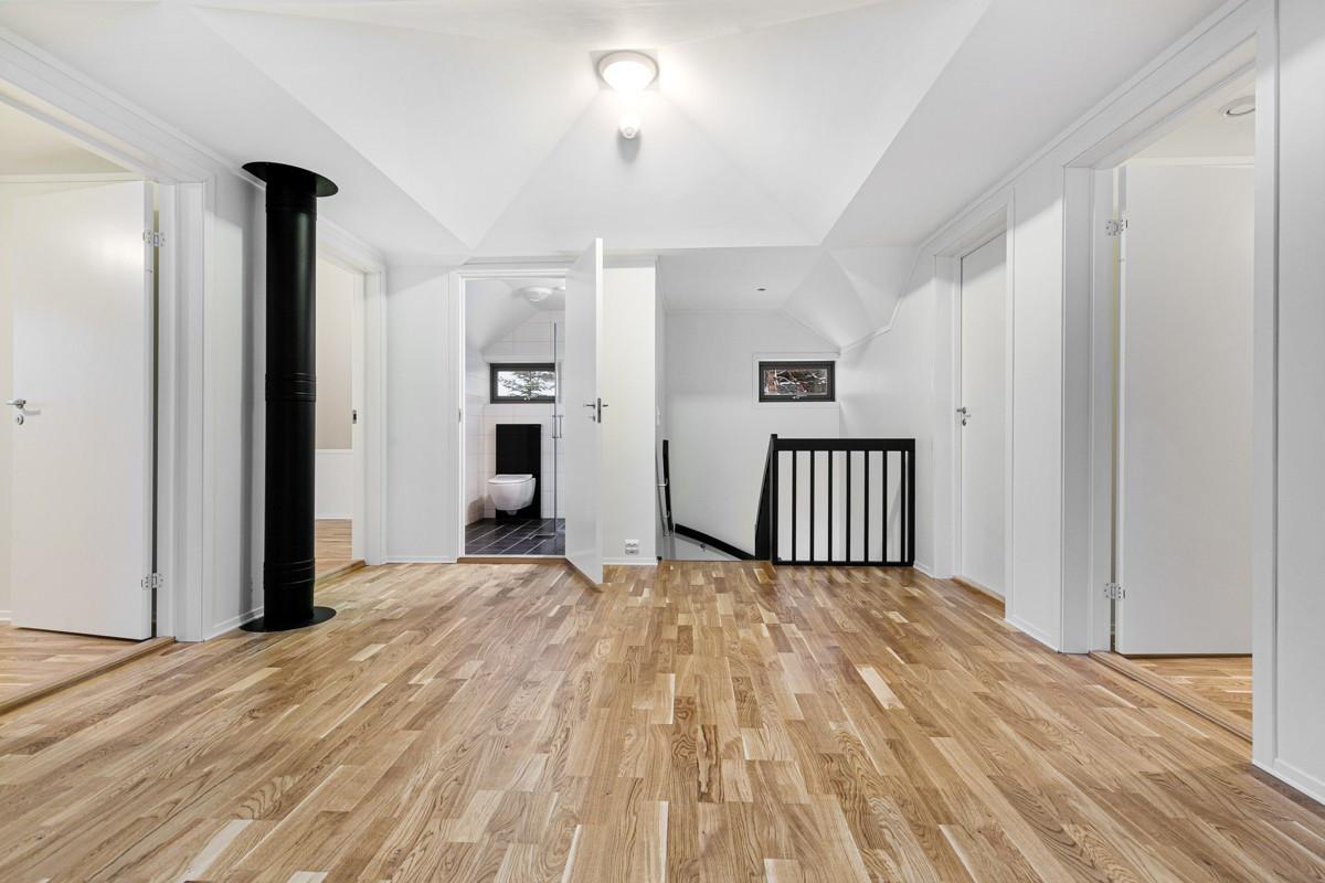 2. etasje består av 4 soverom, bad og et romslig midtparti som fint kan benyttes som en ekstra stue