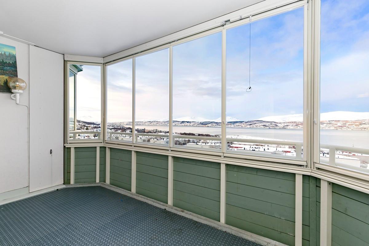 Den innglasset balkongen er på hele 10 kvm og gir en fantastisk utsikt og rikelig med lysinnslipp