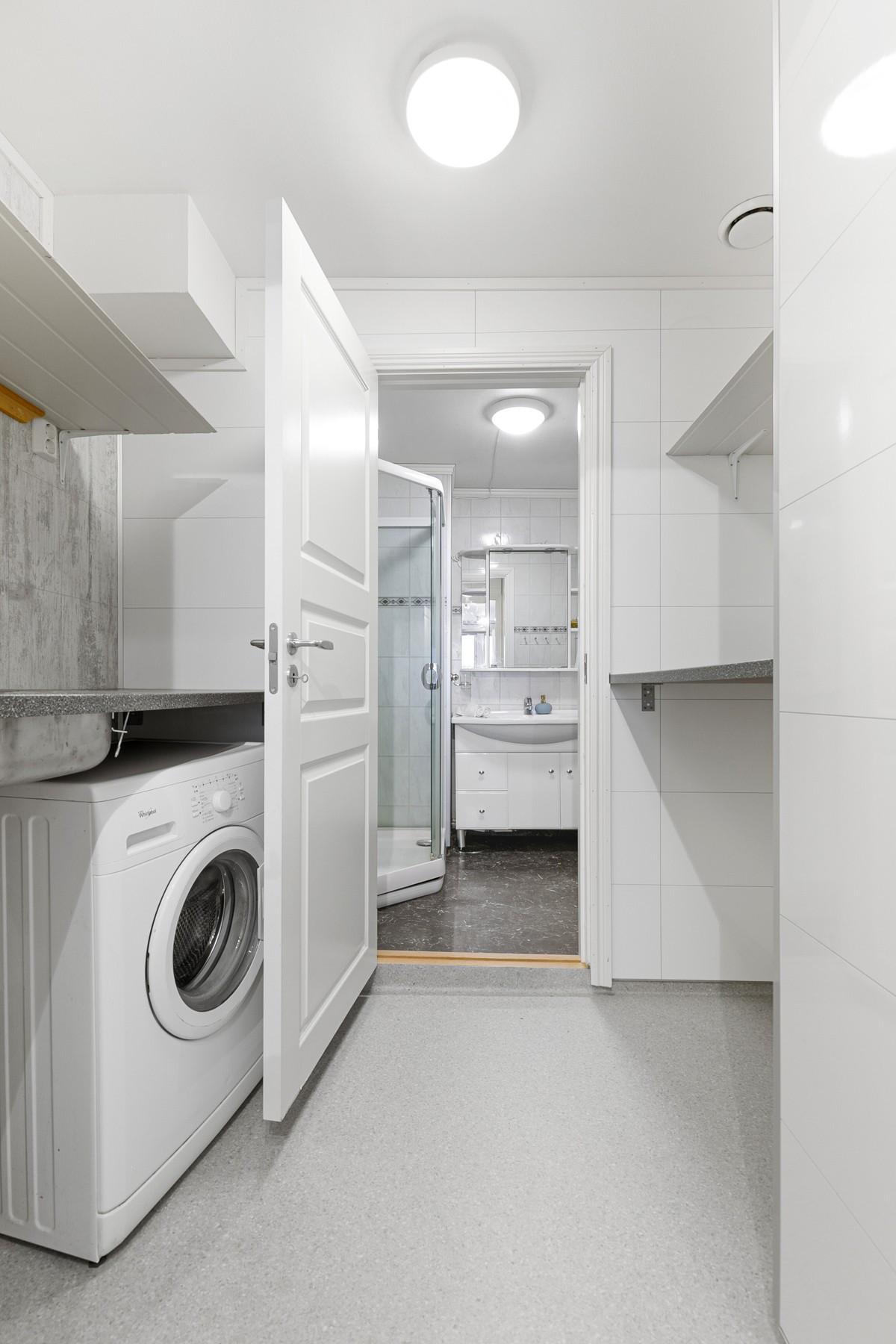 Praktisk vaskerom rett ved baderom og wc