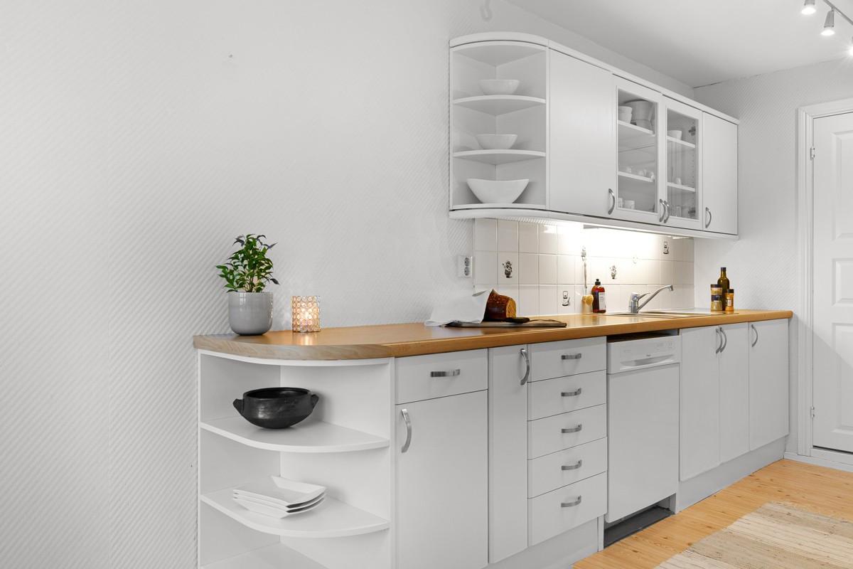 Kjøkken er pent med god oppbevaringsplass i skap og skuffer