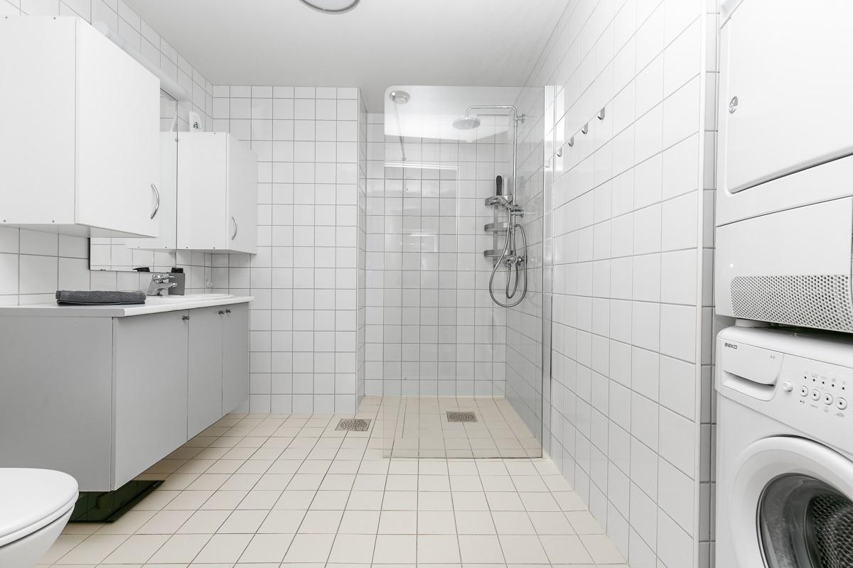Komplett fliselagt baderom med gulvvarme